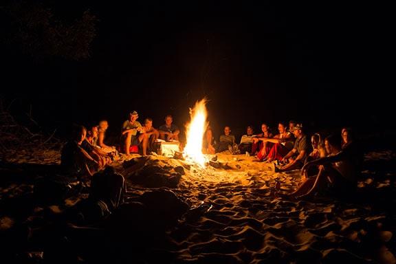 aos-zambezi-rafting-reise-lagerfeuer