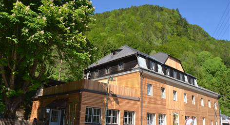 AOS Adventure Hostel Camp Salza Seitenansicht links